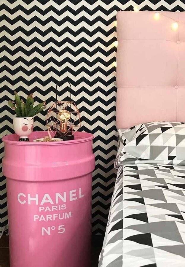 quarto decorado com papel de parede e tonel decorativo rosa Foto Zozu