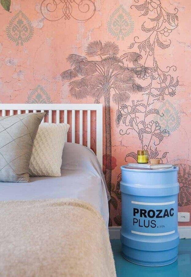 quarto decorado com papel de parede rosa e tonel decorado azul Foto A Minha Festinha