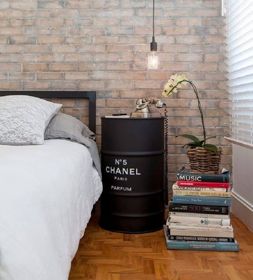 quarto decorado com parede de tijolinho e tonel decorado preto Foto Pinterest