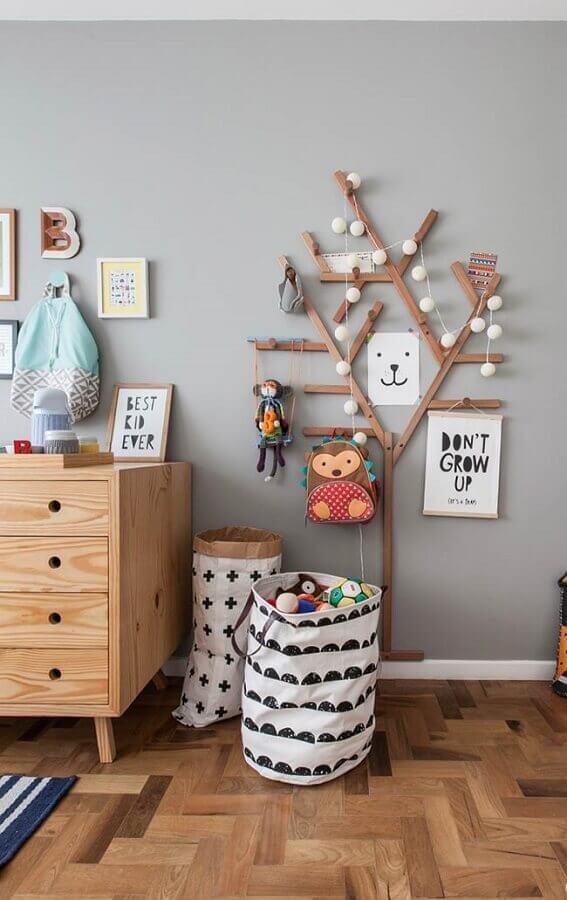 quarto infantil decorado com cabideiro de madeira em formato de árvore Foto Pinterest
