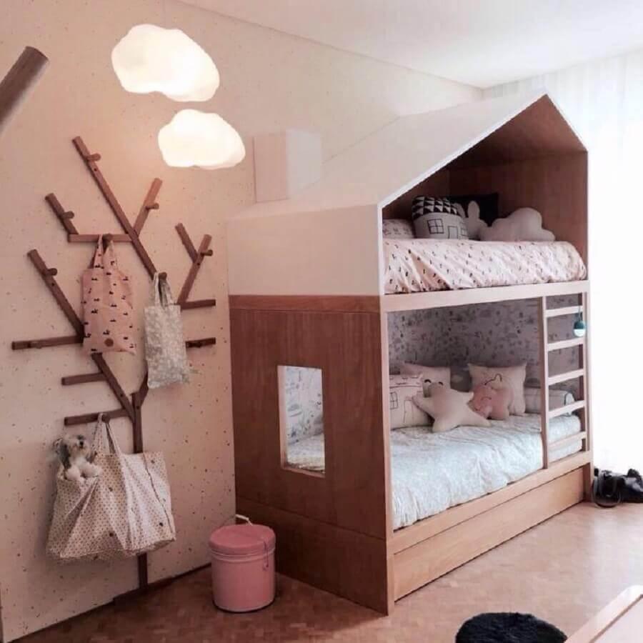 quarto infantil decorado com cabideiro de parede em formato de árvore Foto Escala Arquitetura