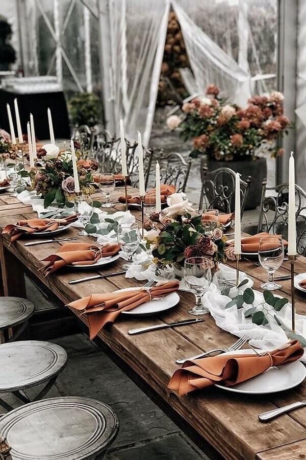 rústicos arranjos de flores e velas para decoração de bodas de casamento Foto Wedding Forward
