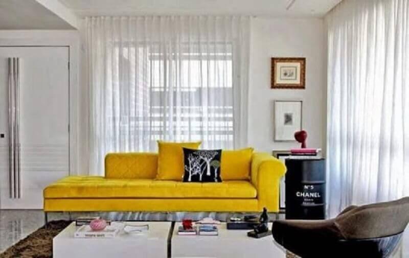sala de estar decorada com sofá amarelo e tonel decorativo preto Foto Ingrid Raggio