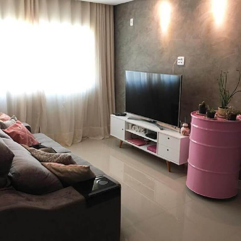 sala de estar decorada com tonel decorativo rosa Foto Zozu