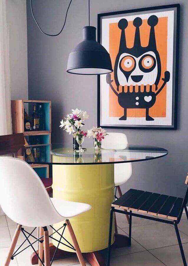 sala de jantar com mesa redonda de vidro com base de tonel decorativo Foto Viviany Navarro