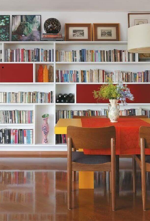 sala de jantar decorada com estante para livros branca Foto Pinterest