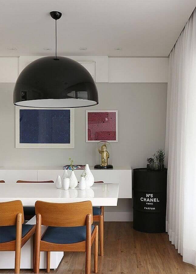 sala de jantar moderna decorada com tonel decorativo preto com marca chanel Foto Casa 2 Arquitetos