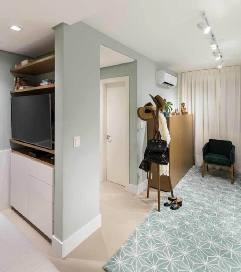 sala decorada com cabideiro de madeira de chão Foto Pura! Arquitetura