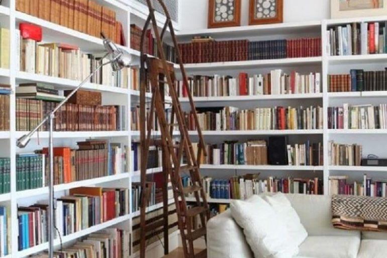 sala decorada com estante planejada para livros