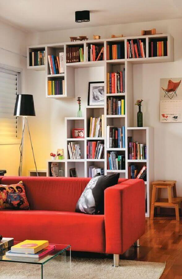 sala decorada com estantes para livros de parede Foto Decoração e Projetos
