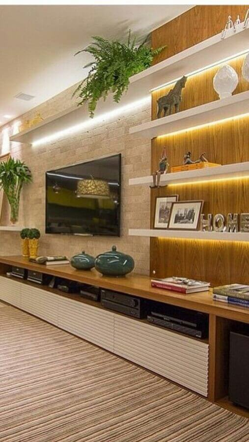 sala decorada com móveis planejados e iluminação de LED em prateleiras Foto Pinterest