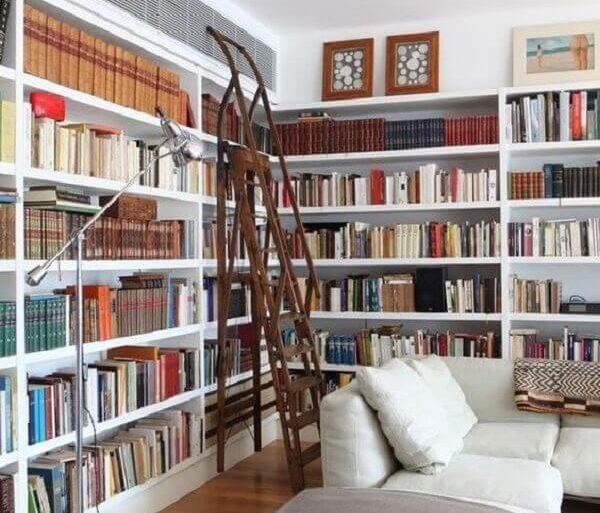 sala planejada com estante para livros  Foto Pinterest