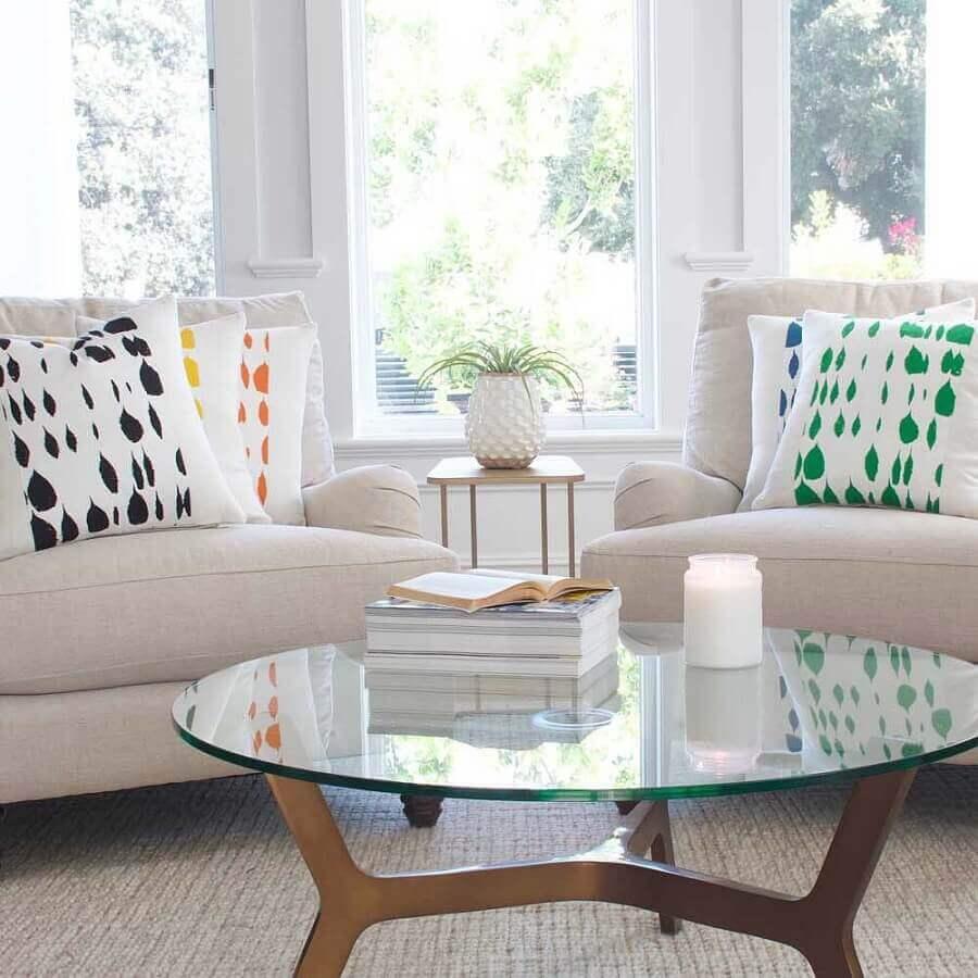 sala toda branca decorada com almofadas coloridas Foto Chloe & Olive