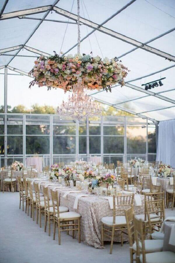 sofisticada decoração para bodas de casamento com arranjo de flores e lustre de cristal Foto Paperblog