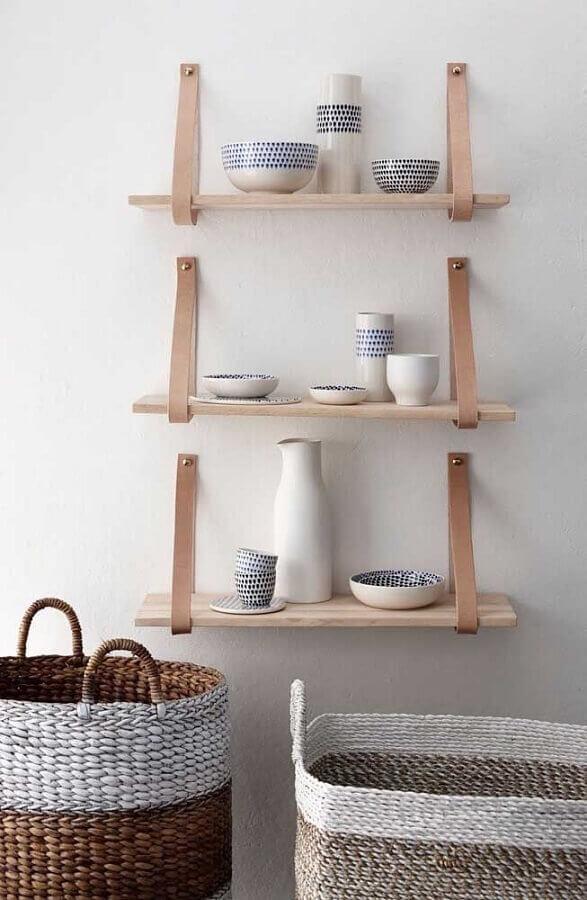 suporte para prateleira de madeira em couro Foto Handfie