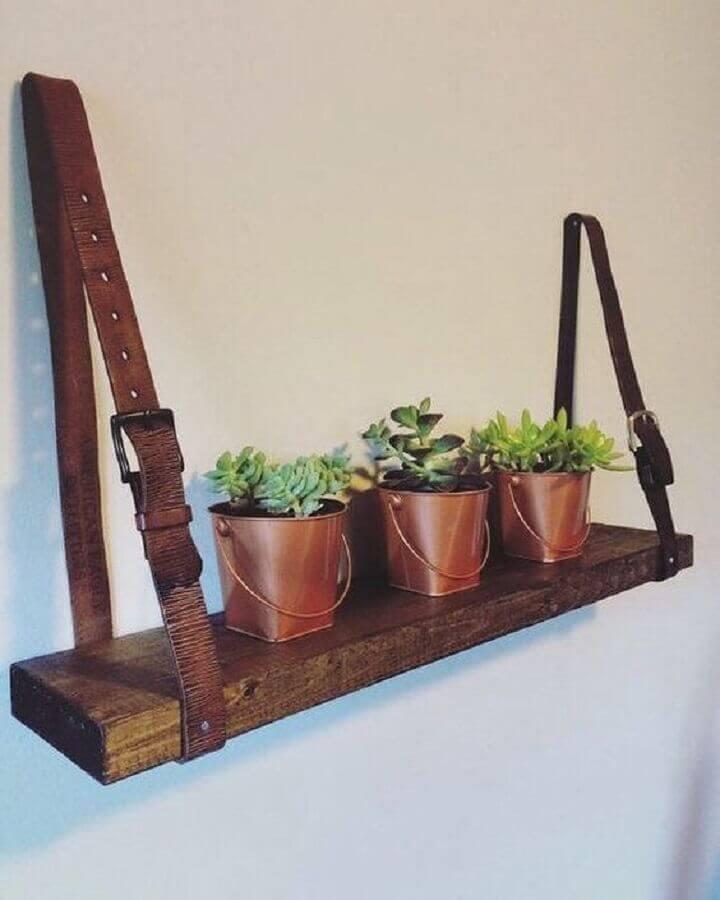 suporte para prateleira de madeira feito com cinto de couro Foto STEM Education Caucus