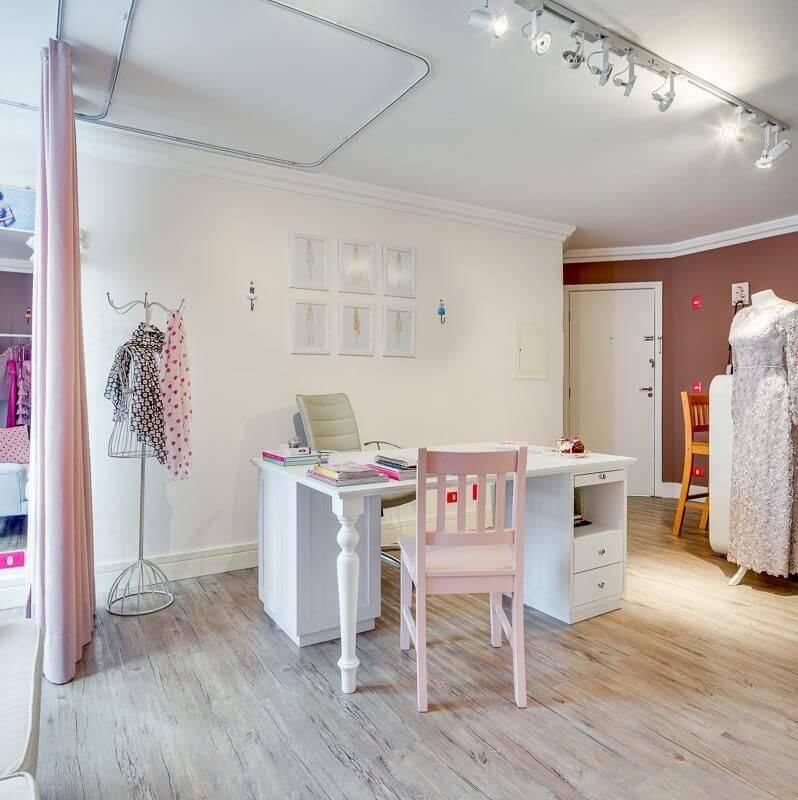 tinta para madeira - ateliê com móveis brancos e rosas