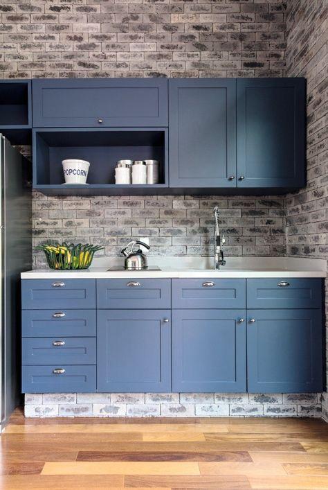 tinta para madeira - cozinha com gabinetes azuis