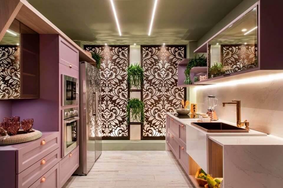 tinta para madeira - cozinha com móveis de madeira rosas
