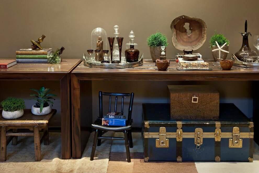 tinta para madeira - móveis de madeira com uma cadeira preta