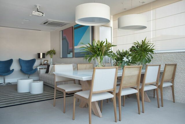 tinta para madeira - mesa de jantar com cadeiras e mesas brancas