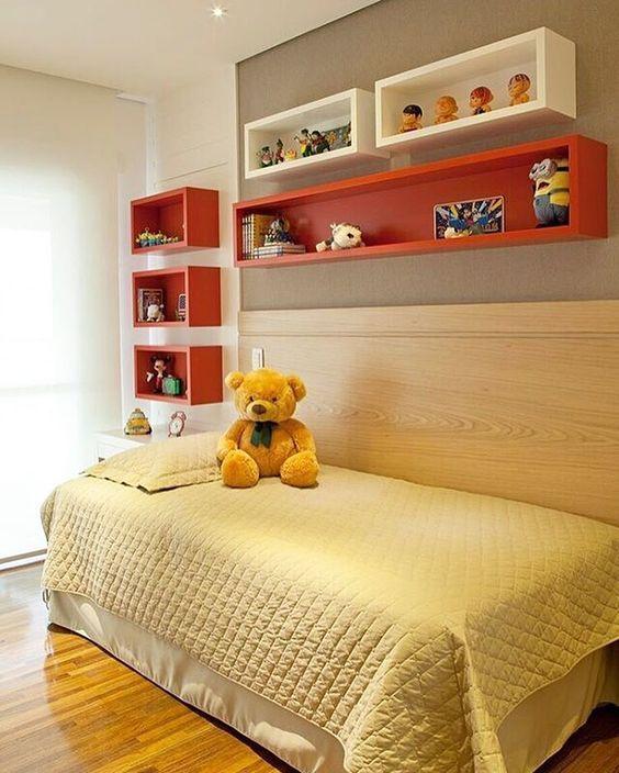 tinta para madeira - quarto infantil com nichos aranjas e brancos