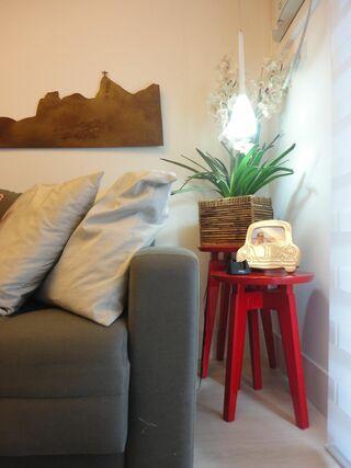 tinta para madeira - sala com mesas laterais vermelhas
