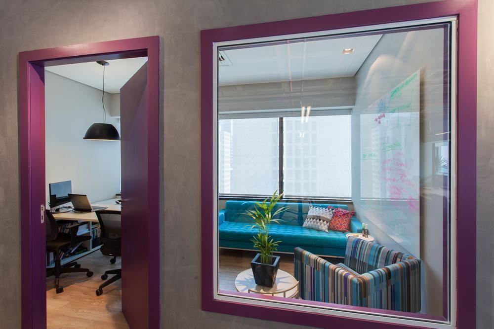 tinta para madeira - sala com porta e janela roxas