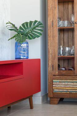 tinta para madeira - sala de estar com rack vermelho