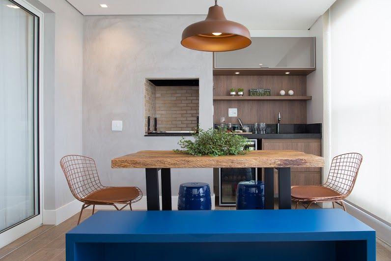 tinta para madeira - sala de jantar com bancada azul
