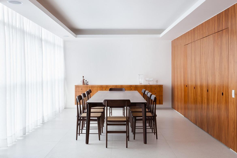 tinta para madeira - sala de jantar com mesa e cadeira pretas