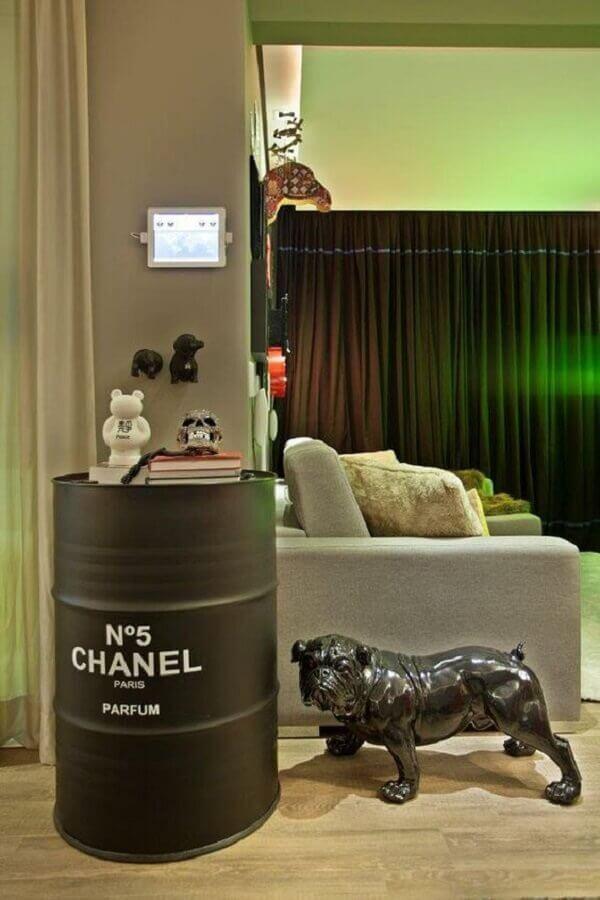 tonel decorativo com acabamento fosco e logo da marca Chanel Foto Casa Vogue