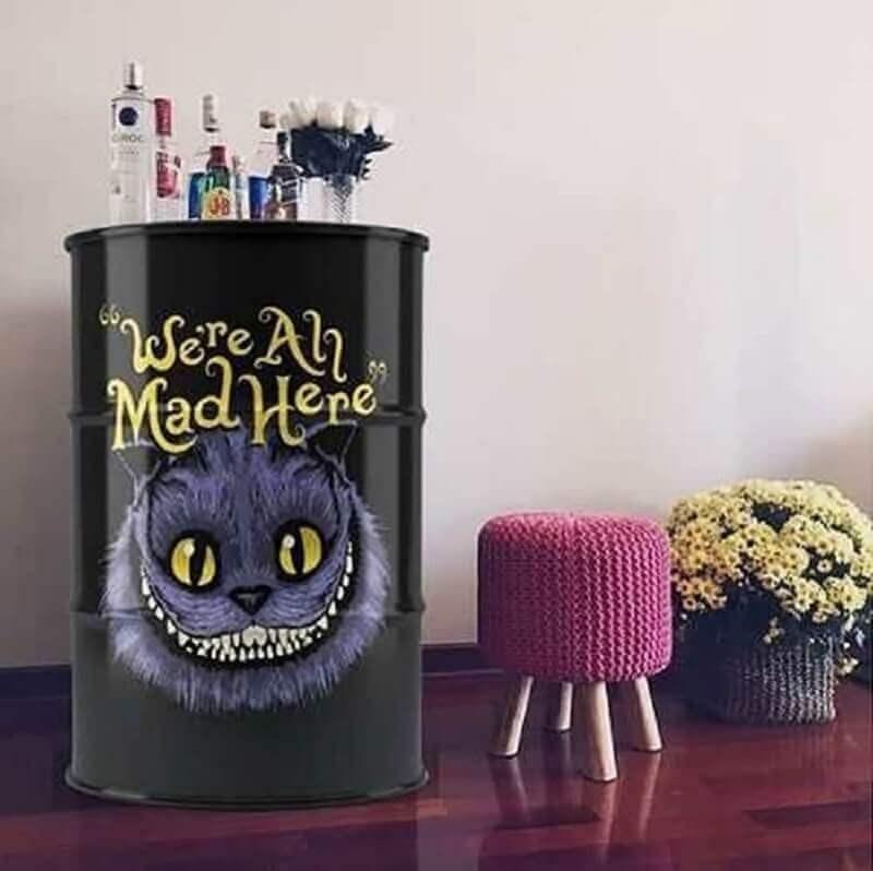 tonel para decoração com adesivo do gato alice no país das maravilhas Foto Habitta Design
