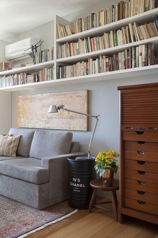 tonel para decoração de sala de estar com prateleiras de livros Foto Bianca da Hora Arquitetura
