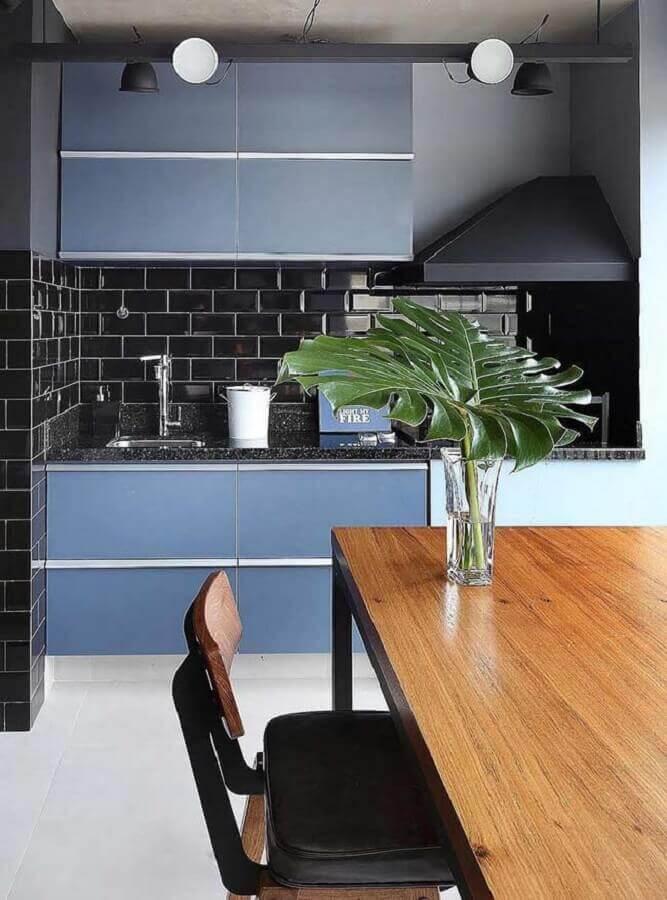 área gourmet com armário azul petróleo e azulejo preto Foto Mauricio Gebara Arquitetura