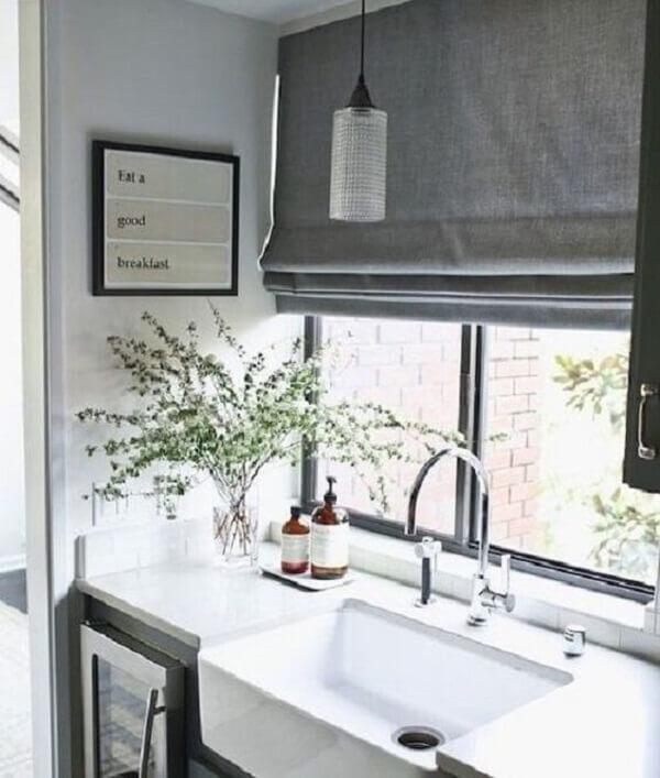 A bancada da cozinha fica ainda mais estilosa na presença de uma persiana romana. Fonte: Pinterest