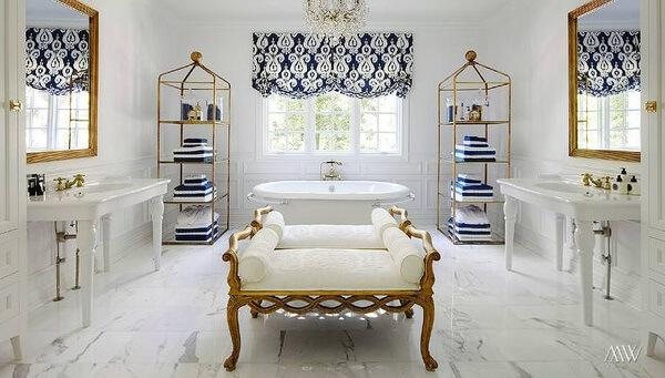 A decoração desse banheiro misturou tonalidade de branco e dourado