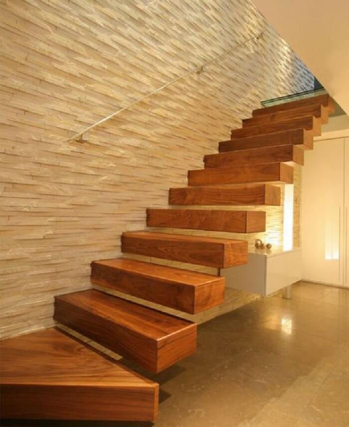 A escada flutuante de madeira traz aconchego para o ambiente