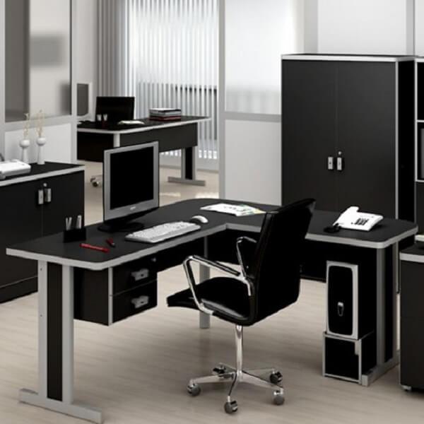 A escrivaninha preta em formato l é excelente para ambientes de escritório
