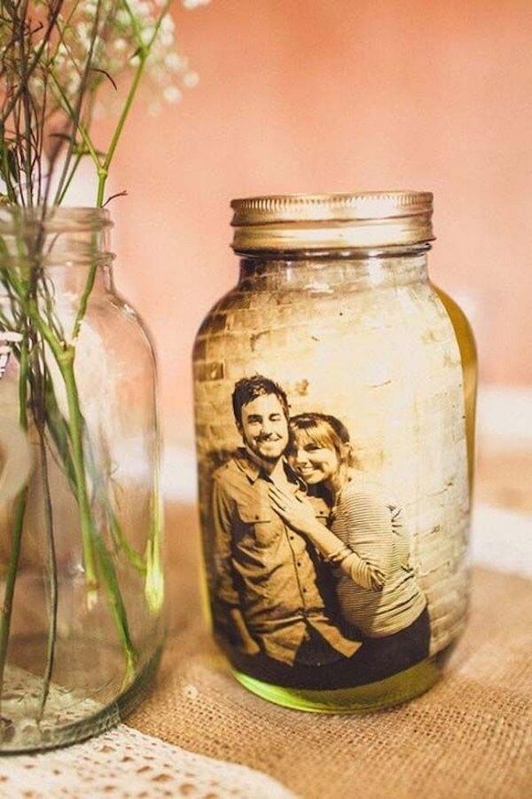 A foto dos noivos pode ser colocada em um pote de vidro decorado