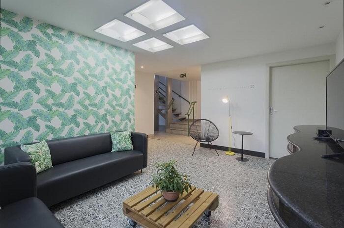 A iluminação central da sala de estar trouxe amplitude ao ambiente