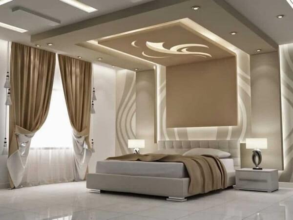 A moldura de gesso no teto trouxe sofisticação para o quarto de casal