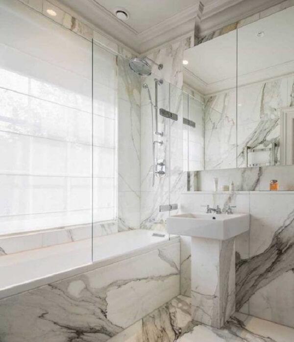 A persiana do banheiro traz privacidade e retém parcialmente a luz natural. Fonte: Pinterest