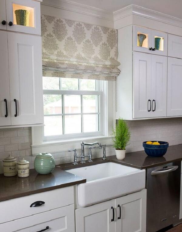 A persiana estampada se destaca por entre os armários brancos da cozinha. Fonte: Pinterest