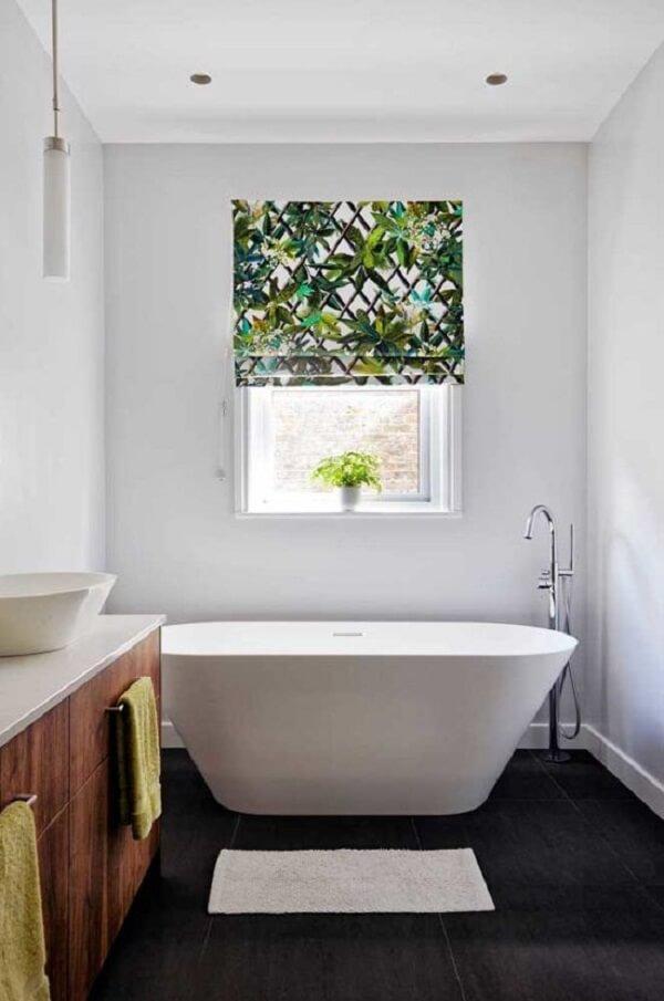 A persiana romana estampada traz alegria para o banheiro clean. Fonte: Pinterest