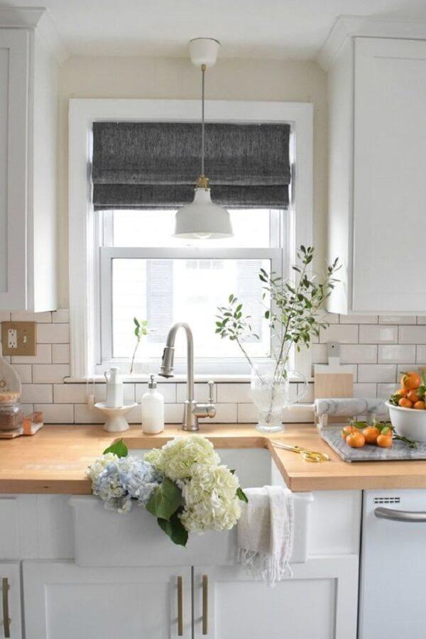 A persiana romana foi feita sob medida para a janela da cozinha. Fonte: Pinterest