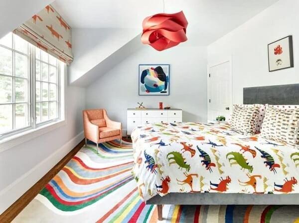 A persiana segue a proposta da decoração alegre do quarto infantil. Fonte: Pinterest