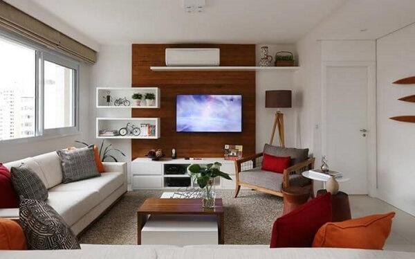 A sanca como moldura de gesso é usada para delinear o corredor do apartamento
