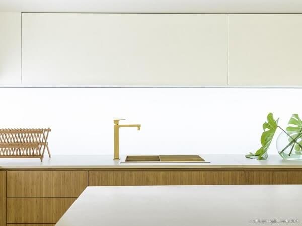 A torneira dourada encanta a decoração desta cozinha