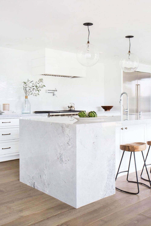 Aposte em uma cozinha moderna toda branca com piso laminado